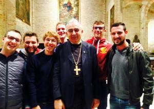 """Piergiorgio, terzo da sinistra, con don Franco, vescovo eletto nonchè parroco della SS. Trinità dove """"Pigio"""" è nato e cresciuto."""