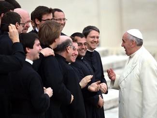 mi-pope-francis-greets-priests-catholic-325x244